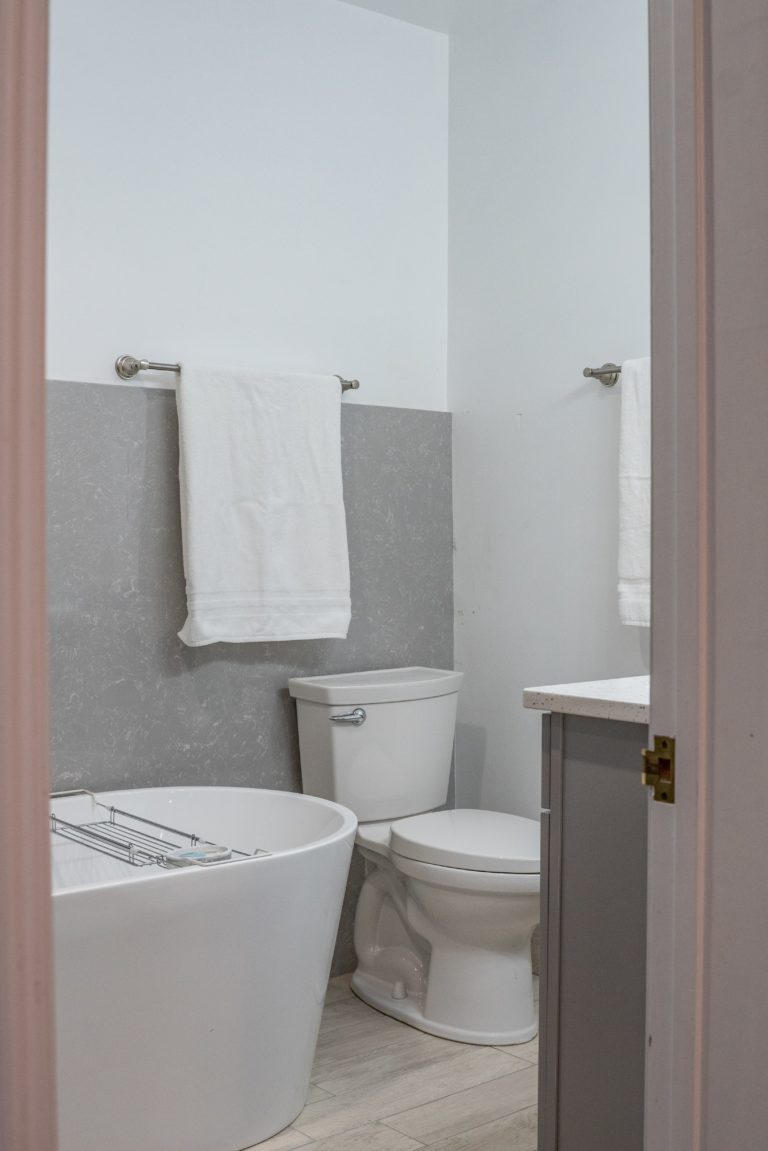 bathroom located in the Timber Creek lodging